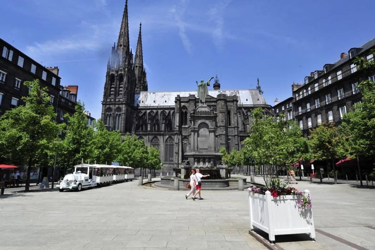cathédrale-de-clermont-et-place-de-la-victoire